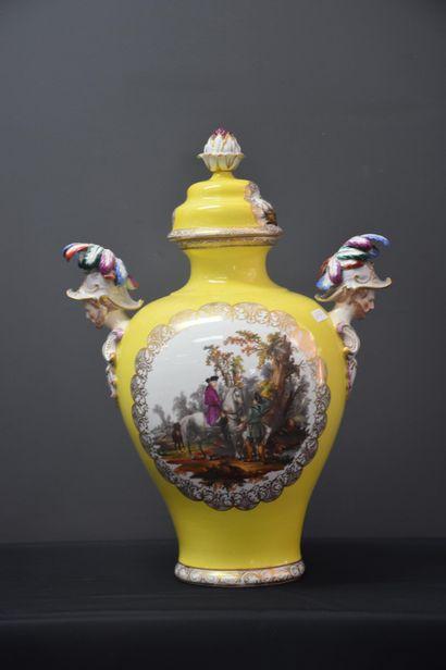 Vase en porcelaine allemande fond jaune aux...