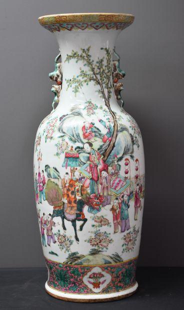 Vase en porcelaine de Chine XIX ème décoré...