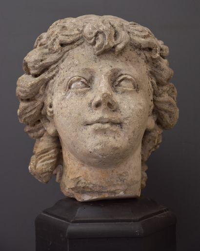 Buste féminin en pierre sculptée, fragment...