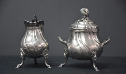 Louis XV style covered sugar bowl and milk jug in solid silver. Weight : about 900...