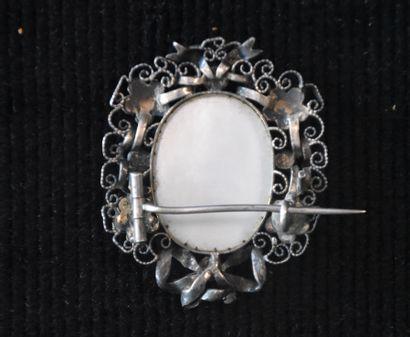 Broche en argent et pierres avec en son centre une miniature sur émail. Ht : 4 ...