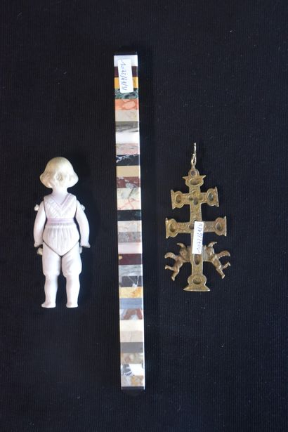 Small lot varia XIXth century (doll, reliquary and marble color chart).