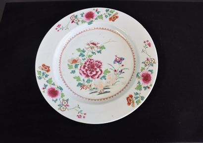 Important plat Rond en porcelaine de la Compagnie...