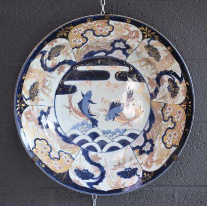 Plat en porcelaine Imari à décor de carpes....