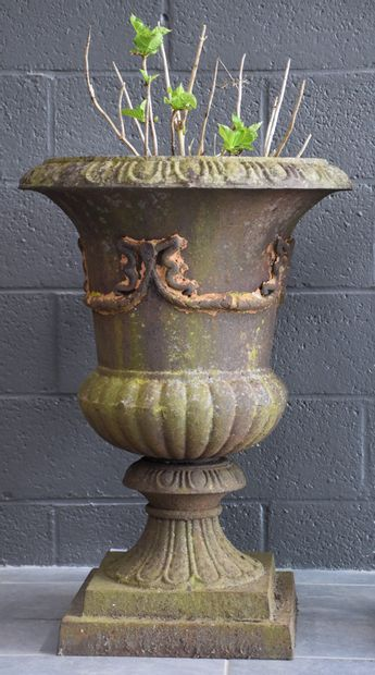 Pair of Medicis vases in cast iron. Early 20th century. Beautiful patina of exterior...