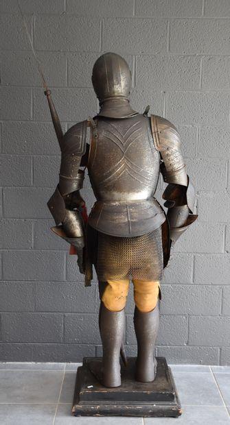 Armure de style médiéval. Travail fin XIX ème - début XX ème. Ht : 188 cm au he...