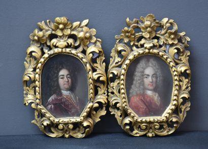 Paire de petits portraits ovales sur cuivre...