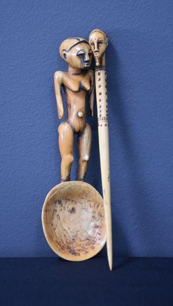 Lot de deux objets ivoire africain : un pique...