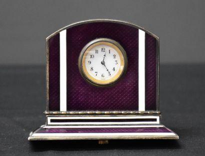 Petite horloge émaillée dans l'esprit Fabergé....
