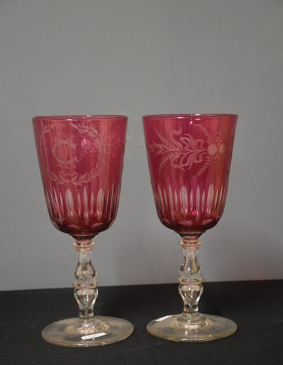 Pair of red crystal wedding glasses from Herbatte. Monogrammed. Height : 27 cm.