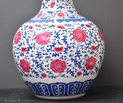 Important Tianqiuping vase apocryphal mark Qianlong. China XXth century. Height...