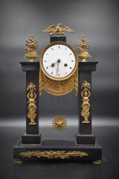 Pendule portique d'époque Louis XVI en marbre...