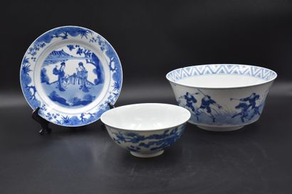 Deux bols et une assiette en porcelaine de...
