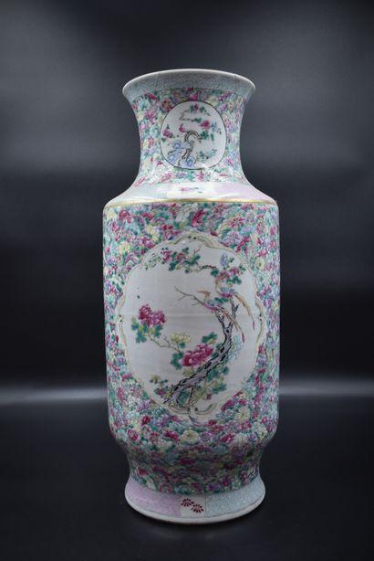 Vase en porcelaine de Chine à décor végétal...