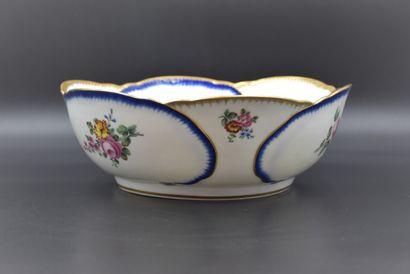 Plat en porcelaine française dans le goût...