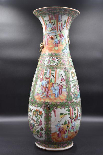 Vase en porcelaine de Canton à décors animés...