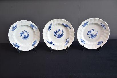 Lot de trois plats ronds chantournés en porcelaine...