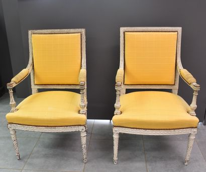 Paire de fauteuils de style Louis XVI patinés...