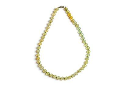 Collier en perle de jade néphrite. Fermoir...