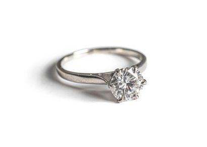 Bague Diamant Solitaire, elle est ornée d'un...