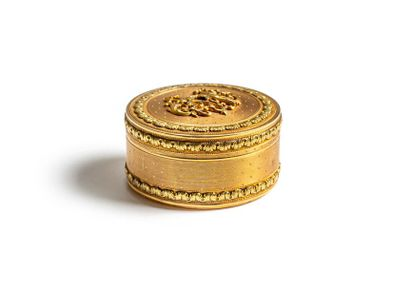 Boîte à pilule ronde en or guilloché à décor...