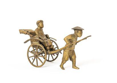 INDOCHINE, Le pousse-pousse Figurine en bronze,...