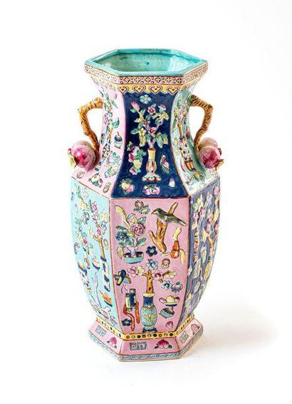Élégant vase en porcelaine à décor de la...