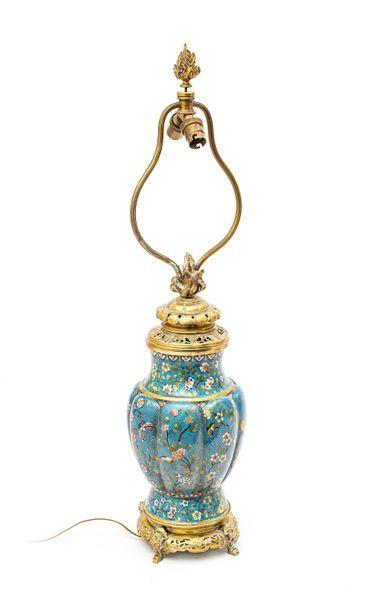 Lampe sous la forme d'un vase en émail cloisonné...