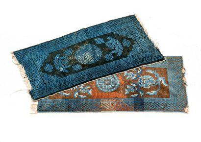 Lot de deux tapis : - Chine Pékin fin XIXe...