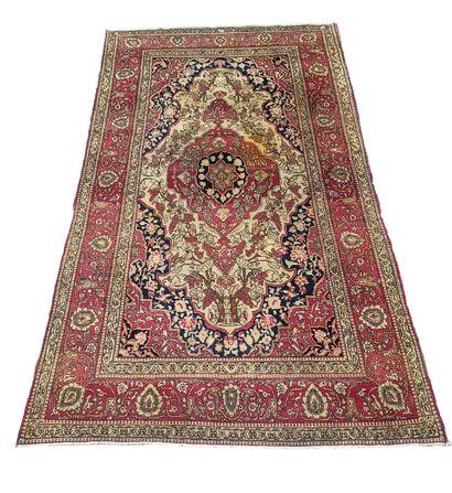 Exceptionnel et assez rare tapis Ispahan...