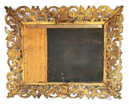*Grand miroir, le cadre à profil inversé en bois sculpté et doré à décor ajouré...