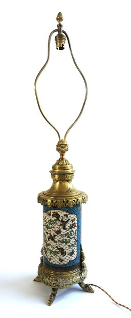 CHINE, XIXe siècle  Vase rouleau en émaux cloisonnés à semis de bouquets sur fond...