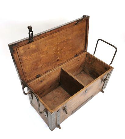 Coffre militaire en bois et fer forgé ouvrant à un abattant découvrant deux compartiments,...