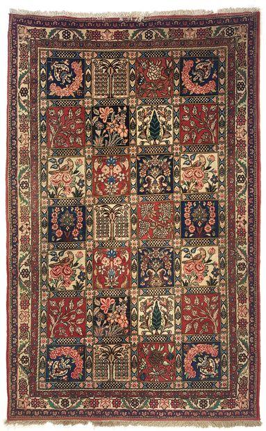 *Grand tapis BAKTIAR DJAHAD (Iran), vers 1985  Dimensions : 210 x 130 cm  Caractéristiques...