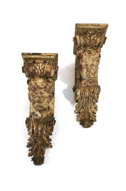 *Paire de consoles d'applique en bois sculpté et relaqué crème sous la forme de...