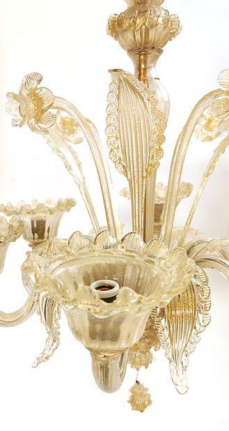 Lustre de MURANO en verre étiré et soufflé à motifs de dorures et stries à six bras...