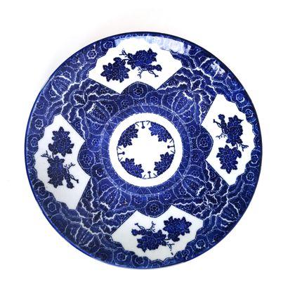 Japon XXe siècle  Plat en porcelaine à décor...