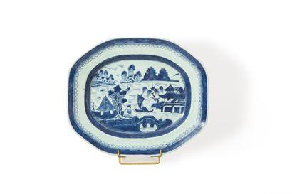 Chine, XVIIIe siècle  Plat octogonal en porcelaine...