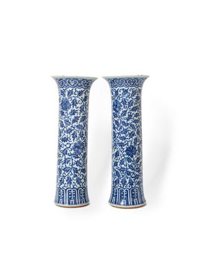 Chine, XIXe siècle  Paire de vases en porcelaine...