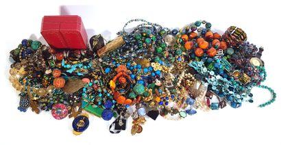 Lot de bijoux fantaisie et bijoux de créateurs...