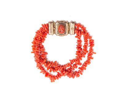 Bracelet de trois rangs de bâtonnet en corail,...