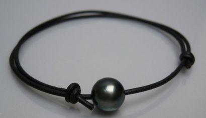 Bracelet en cuir orné d'une perle de Tahiti....