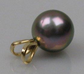 Pendentif en or orné d'une perle de Tahiti....