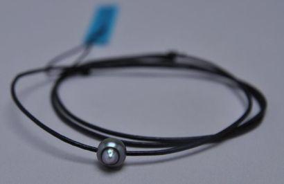 Collier en cuir orné d'une perle de Tahi...