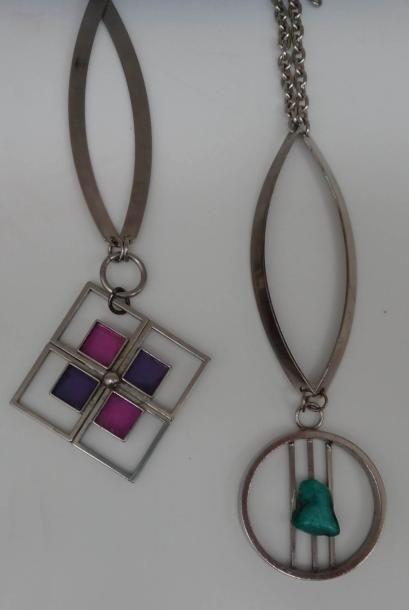 Deux pendentifs ajourés et leurs chaines...