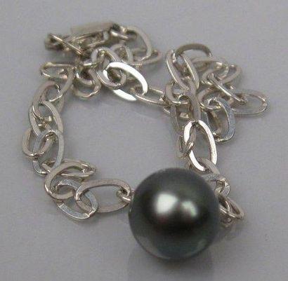 Bracelet en argent orné d'une perle de Tahiti....