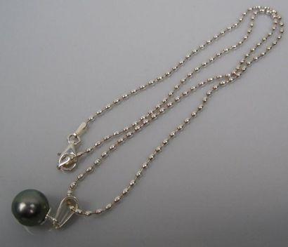 Collier argent orné d'une perle de Tahiti....