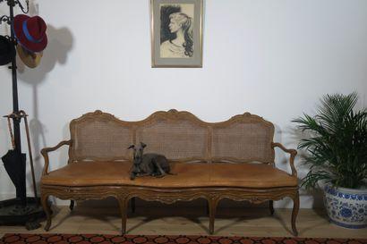 Canapé trois places en bois naturel, mouluré...