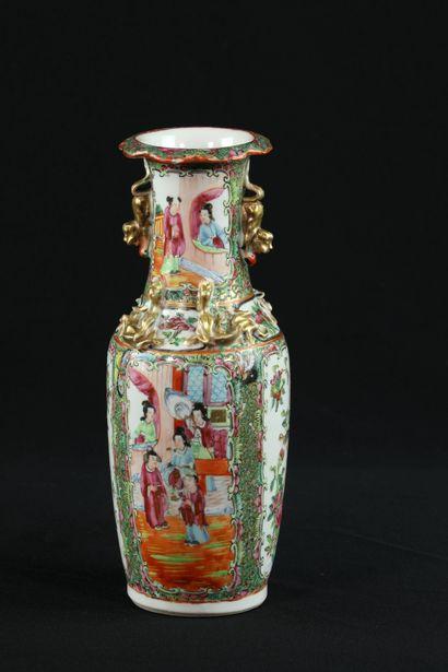 Vase en porcelaine de Canton à décor de...