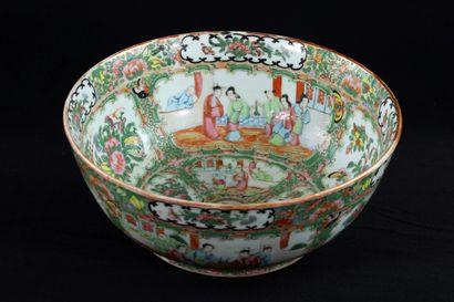 Grand bol en porcelaine de Canton à décor...